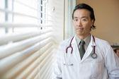 уверенность врача в больничной палате — Стоковое фото