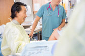 Doctor Giving Good News to Birthing Mother — Stock Photo
