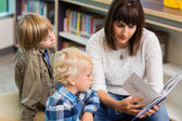 Teacher Reading Book For Students In Library — Foto Stock