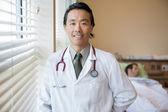 Vertrouwen arts met een patiënt op ziekenhuis kamer — Stockfoto