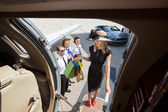 Femme riche avec des sacs à provisions embarquement Jet privé — Photo