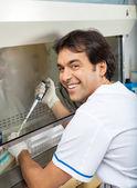 Onderzoeker vullen chemische in testtube — Stockfoto