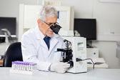 Männliche Forscher Mikroskop im Labor — Stockfoto