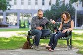 Elever som använder digital tablet på bänk på campus — Stockfoto