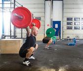 Atletas do sexo masculino em cruzam caixa de fitness — Fotografia Stock
