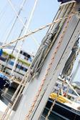 Jacht mast met touwen — Stockfoto