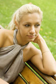 Beautiful woman on the bench — Stockfoto