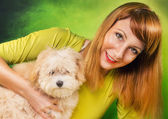Woman posing with a cute puppy — Foto Stock