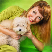 Woman posing with a cute puppy — Stock fotografie