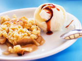 Apple crumble with ice cream (selective focus) — Stock Photo