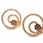 Golden earrings — Stock Photo