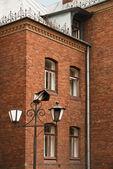 Stara latarnia w sądzie piękny murowany dom — Zdjęcie stockowe