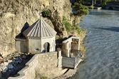 Kapellet på berget ovanför kura floden i tbilisi — Stockfoto