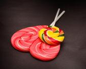 Coração em forma de e redonda pirulitos espiral — Foto Stock