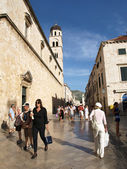 Stradun, the main street of old town of Dubrovnik and tourists — Стоковое фото