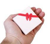 Caja de regalo en una mano masculina — Foto de Stock