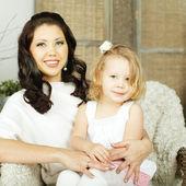 портрет матери и ребёнка - родительскую любовь — Стоковое фото