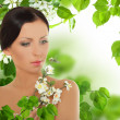 Beautiful young woman with spring blossom — Stockfoto