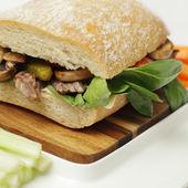 Ciabatta fresco con setas, carne y maíz lechuga, fo saludable — Foto de Stock