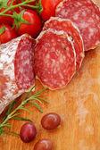 Gourmetmat - salami, oliver och rosmarin örter — Stockfoto