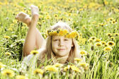 Menina bonitinha em fundo de iluminação ensolarado de grama verde e — Foto Stock
