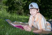 Tiener met boek — Stockfoto
