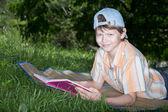 Tonåring med bok — Stockfoto