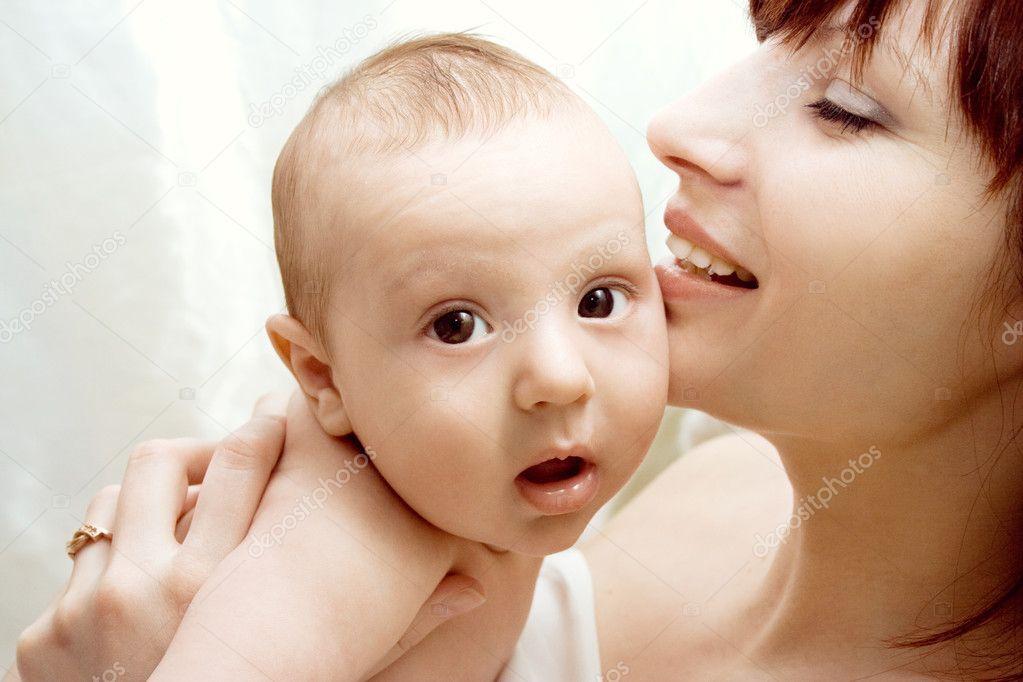 对她的孩子的母亲微笑