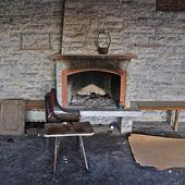 Terk edilmiş iç kirli şömine — Stok fotoğraf