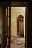 Trasiga dörrar i övergivna interiör — Stockfoto