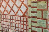 Vieux mur de formes géométriques — Photo