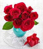 Roses et coffret cadeau — Photo