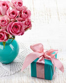 Rosas y caja de regalo — Foto de Stock