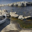 Boat on a rocky shore. Lake Ladoga — Stockfoto