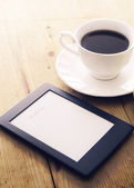 E-book reader and coffee — Stock Photo