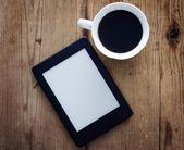 E-book reader and coffee — Stockfoto