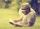 человек, читая книгу — Стоковое фото