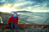 A child on the shore of the lake near the mines. human impact on — Stock Photo