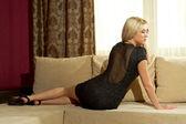 Blondine in einem schwarzen kleid — Stockfoto