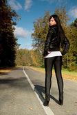 Dívka a silnice — Stock fotografie