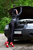 She opened the hood — Stock Photo