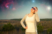 девочка и звездное небо. элементы этого изображения предоставлены наса — Стоковое фото