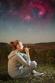 Menina e um céu estrelado. elementos da imagem fornecida pela nasa — Fotografia Stock