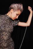 Retrato de mulher jovem e bonita com colar de pérolas — Foto Stock