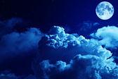 τραγική νύχτα ουρανό με ένα πλήρες φεγγάρι και λαμπερά αστέρια — 图库照片
