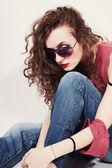Portret smutny młoda kobieta nosi okulary — Zdjęcie stockowe
