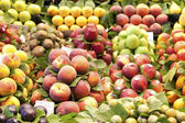 Peach and apple in a market, in La Boqueria — Stock Photo