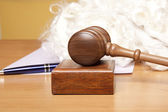 Gavel, judge's wig and pen on the table — Stock Photo