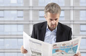 Biznesmen czytanie gazety — Zdjęcie stockowe