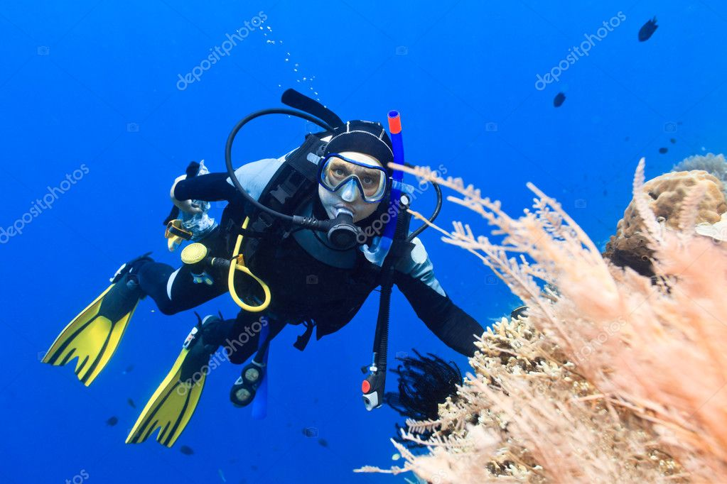 Scuba diver underwater close to coral reef — Stock Photo #13833828